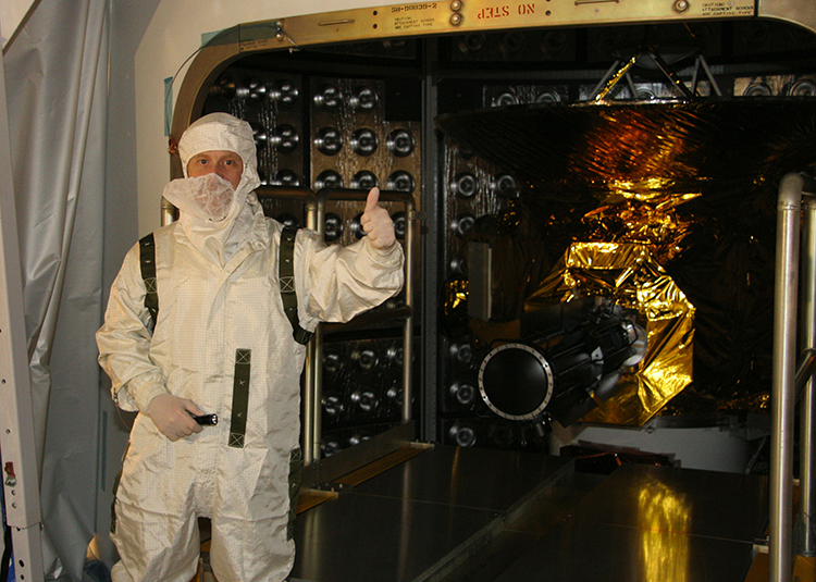 Alan Stern gives a thumbs-up before the final door is closed on the New Horizons spacecraft before its launch on an Atlas 5 rocket from Cape Canaveral in January 2006. Credit: NASA/JHUAPL/SWRI