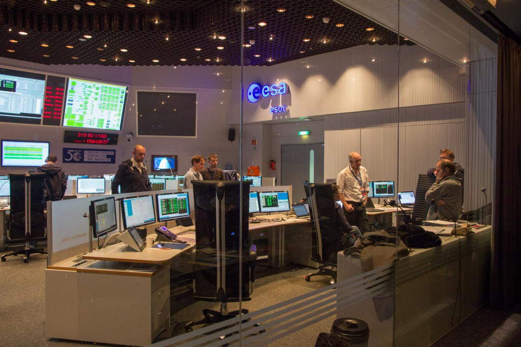 Lander manager Stephan Ulamec in the white shirt, is discussion with flight controllers at ESA's mission control in Darmstadt, Germany. Image: Steven Young/Astronomy Now.