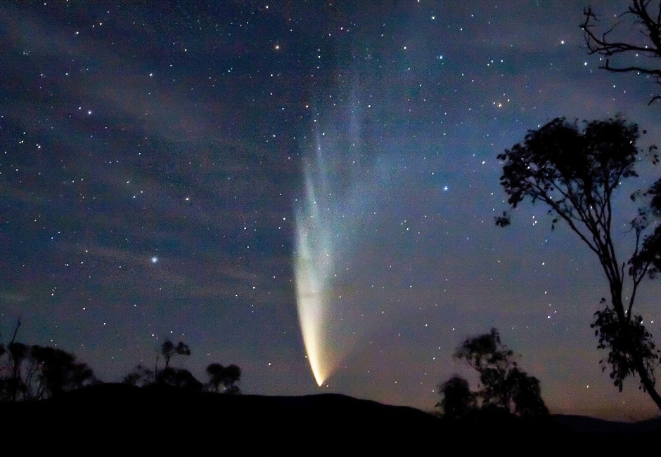 C/2006 P1 Comet McNaught, the 'Great Comet of 2007', as seen from Swift's Creek, Victoria, Australia on 23 January 2007. Image credit: Fir0002 / Flagstaffotos / Wikimedia Commons CC BY-SA 3.0.