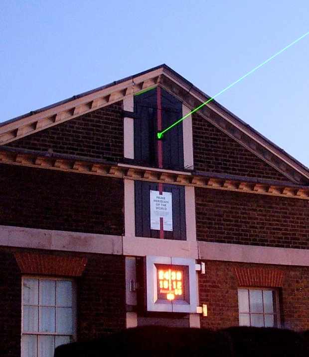 A Laser marks the traditional meridian line of zero degrees longitude, projected northward over London on 5 September 2006. Image credit: MarkHamilton / Wikimedia Commons / CC-BY-SA-2.5.