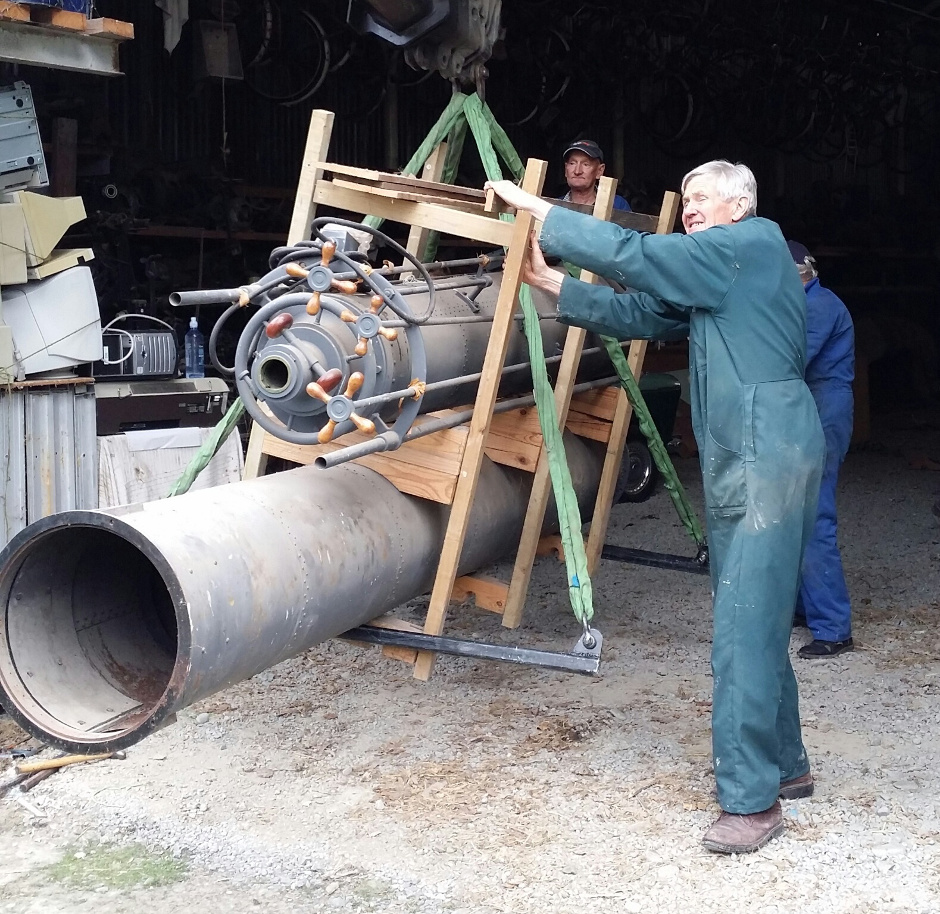 Earth & Sky director Graeme Murray (in green overalls) helps with the recovery of two sections that form the 8-metre-long tube of the 18-inch (46-cm) Brashear telescope. When fully assembled, the 7-ton instrument will sit atop a 5.4-metre high cast iron pedestal crowned by a German equatorial mount. Image credit: E&S.
