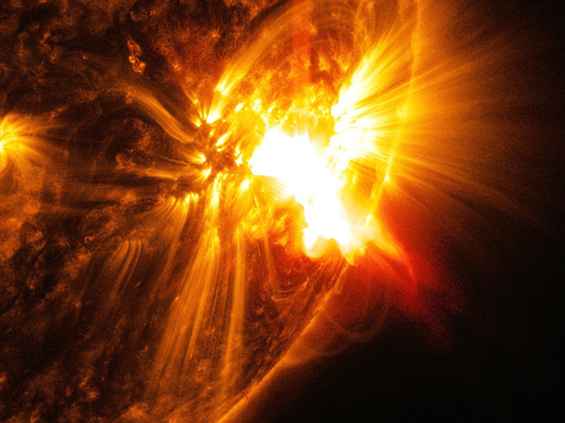 This solar flare imaged by the SDO satellite occurred at the peak of the solar cycle 24—27 October 2014 with no observed eruptions. PPPL researchers say this is a promising candidate for studying the effect of guide magnetic fields. Image credit: NASA / GSFC / SDO.