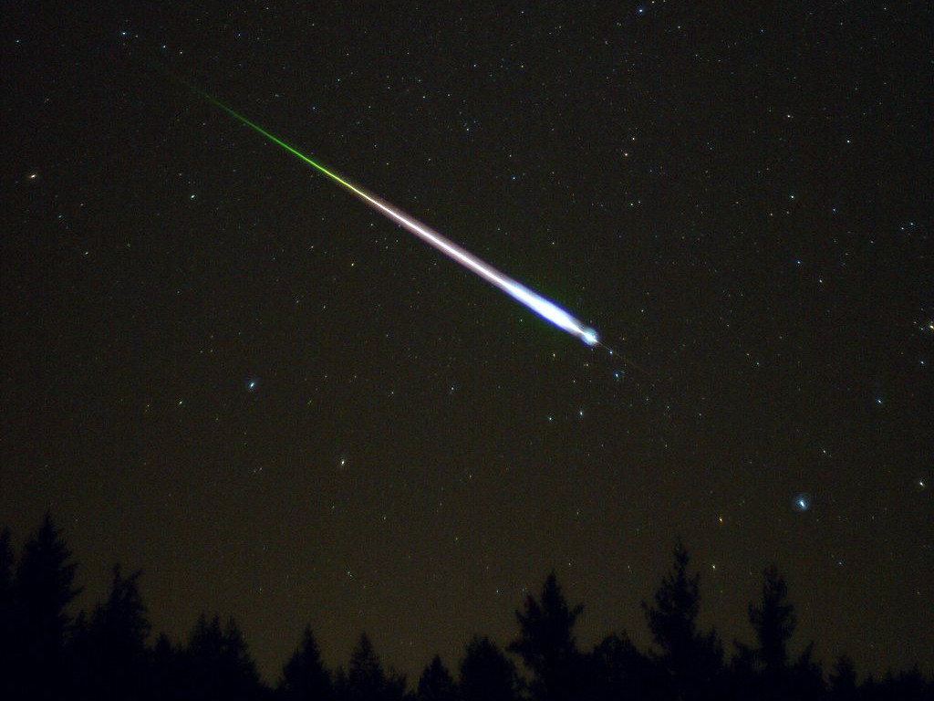 A meteor during the peak of the 2009 Leonid meteor shower, captured on 17 November. Image credit: Ed Sweeney/Wikimedia Commons.