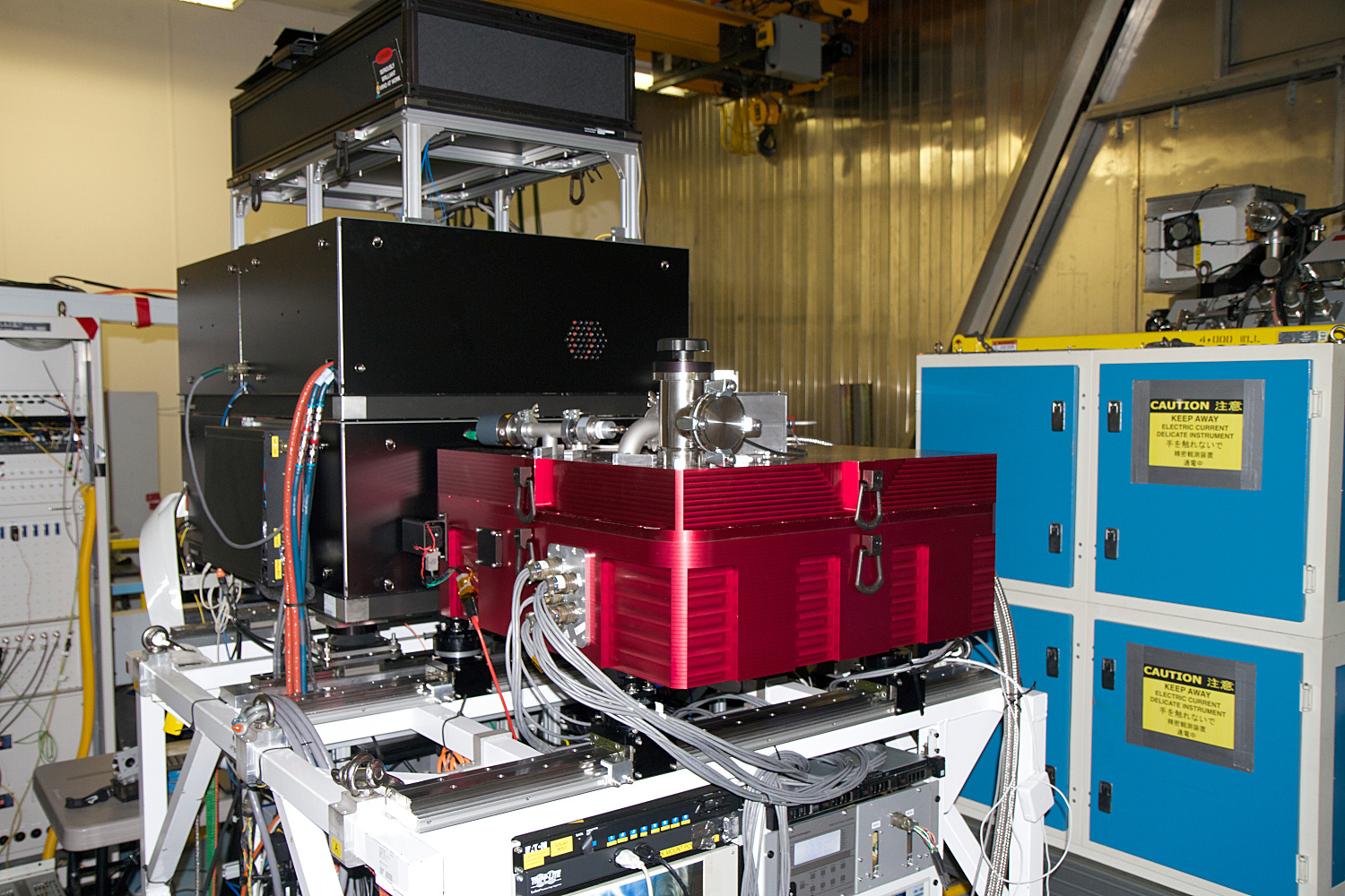 CHARIS (Coronagraphic High Angular Resolution Imaging Spectrograph, the red box) is attached to SCExAO (Subaru Coronagraphic Extreme Adaptive Optics, the black box) at the Nasmyth focus platform of the 8.2-metre Subaru Telescope. Image credit: CHARIS/Princeton Team and NAOJ.